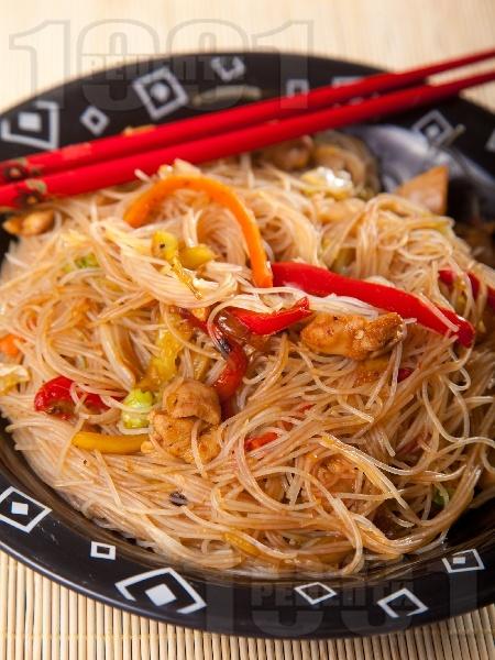 Китайски люти оризови спагети (нудъли) с пилешки гърди (филе) и сос хойсин - снимка на рецептата